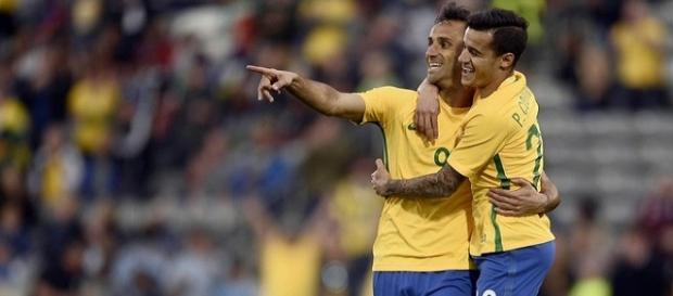Philippe Coutinho abraçando Jonas, autor do primeiro gol do Brasil na partida.