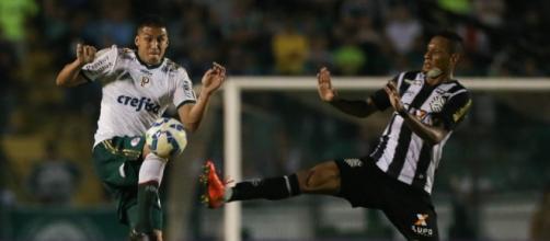 Fernando Tobio disputa bola em jogo contra o Figueirense.