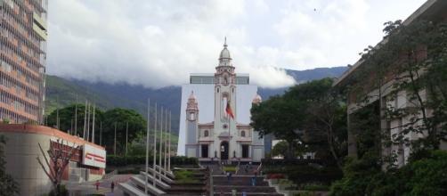 Un Mausoleo de 54 metros de altura es la construcción que le ha quitado la vista y la hermosura al Panteón Nacional de Caracas.