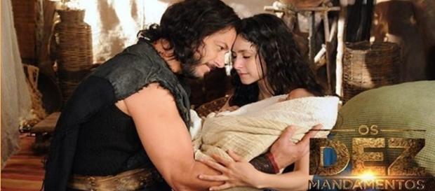 """Datã e Ada com o seu filho em """"Os Dez Mandamentos"""""""