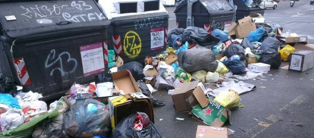 I rifiuti riempiono le strade di Roma