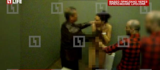 Imagen del vídeo con los ultras maltratando a las prostitutas.
