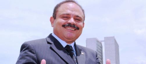 Deputado Waldir Maranhão (PP-MA) posando em frente ao Congresso