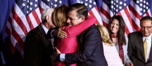 Ted Cruz se abraza a sus colaboradores tras anunciar su renuncia