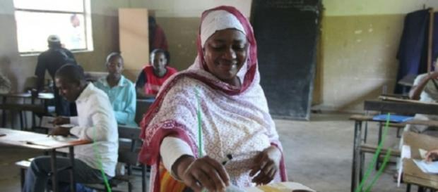 A woman in Comoros cast her vote / Photo via Yahoo News