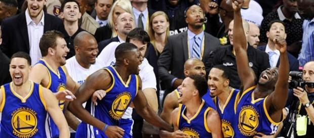 Golden State Warriors celebrando victoria en la Regular Season