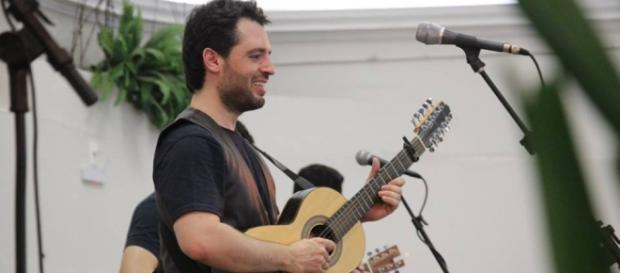 Wilson Teixeira une viola e rock n'roll de maneira brilhante (Foto: Reprodução Facebook)