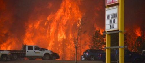 Un devastante incendio ha creato uno scenario apocalittico in provincia di Alberta, in Canada