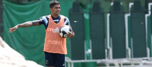 Dudu gesticula em treino do Palmeiras.