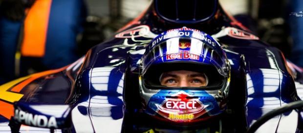 Max Verstappen en el copckit de su STR11