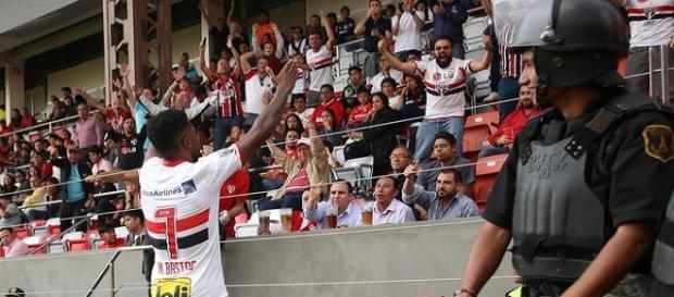 Michel Bastos comemorando seu gol com a torcida.