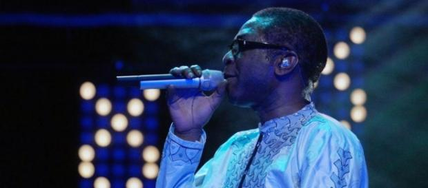 Youssou Ndour singing at a music festival in Europe / Photo via Youssou Ndour Official
