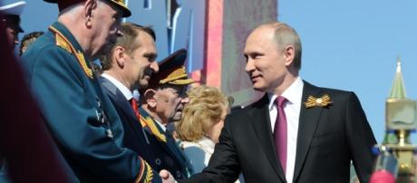 Vladimir Putin saluda a las autoridades en la plaza roja de Moscú