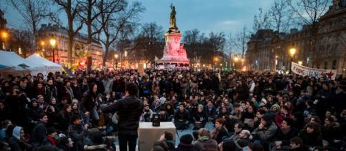 Sessão de Nuit Debout, na Praça da República, em Paris
