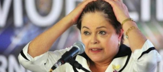 Dilma Rousseff com mão na cabeça