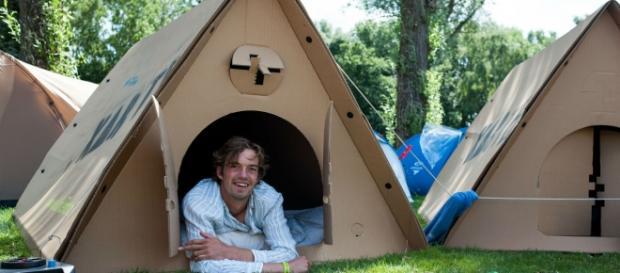 La tente est conçue pour deux personnes et peut résister à quatre jours de pluie.