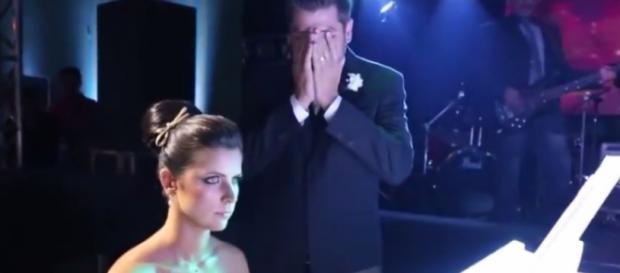 Noiva emociona ao tocar Fear Of The Dark para seu noivo
