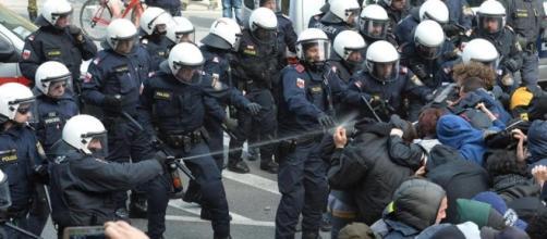 Scontri al Brennero tra antagonisti e forze dell'ordine.