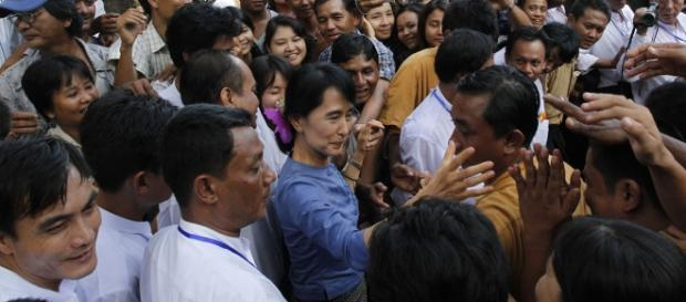 """Aung San Suu Kyi, la """"Dame de Rangoun"""", acclamée par son peuple. Pourquoi se désintéresse-t-elle du sort des Rohingyas ? (Photo : Htoo Tay Zar)"""