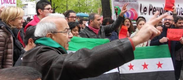 Des militants de la révolution syrienne manifestant à Paris le 30 Avril contre les attaques de l'armée syrienne à Alep.