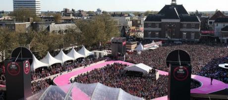 La plaza del mercado de Apeldoorn (Holanda) durante la presentación de equipos del Giro de Italia