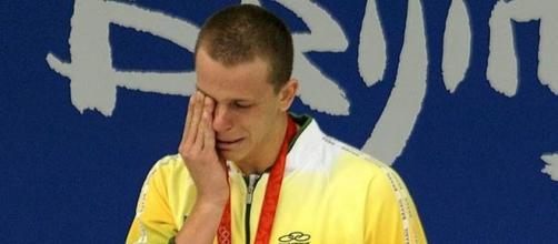 A olimpíada aqui não vai mudar a vida dos nosso atletas. Na foto: César Cielo chora ao receber ouro