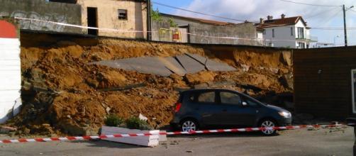 Um automóvel sofreu danos consideráveis