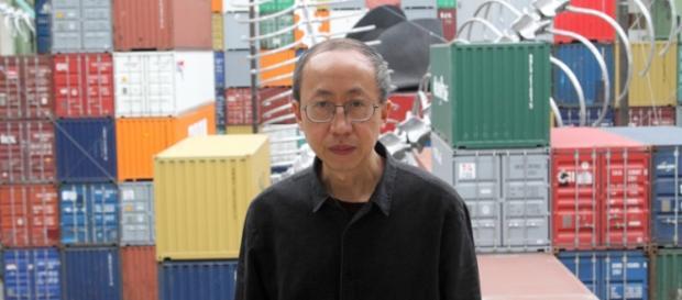 Huang Yong Ping devant son oeuvre lors de la présentation à la presse