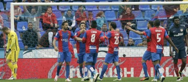 Jugadores del Levante celebrando el tanto frente al Atlético