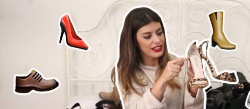 Dulceida mostrando su colección se zapatos a sus seguidores.