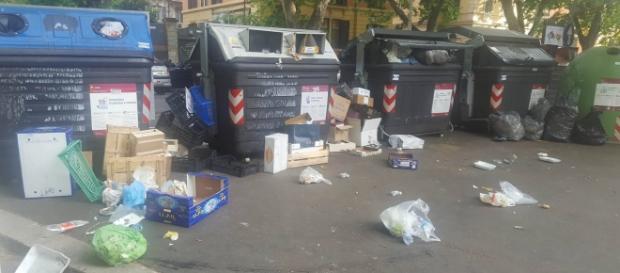 Cassonetti dei rifiuti Ama nel quartiere Prati.