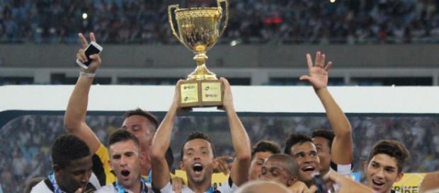 Nenê levanta o troféu do Carioca (Foto Carlos Gregório Jr/Vasco.com.br.)