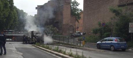 Roma: autobus in fiamme al Muro Torto