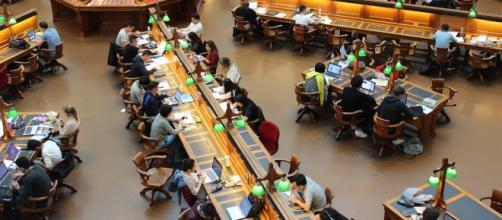 Biblioteca llena de estudiantes
