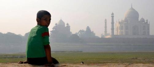 Jeune intouchable dans les bidonvilles derrière le Taj Mahal