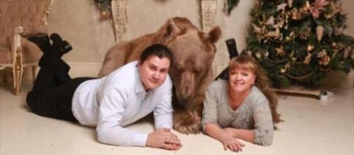Svetlana y Yuriy Panteleenko posan para la foto junto al oso Stepan