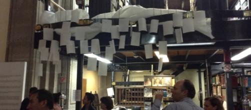 """""""Todo va a la nube"""", instalación de papeles con apuntes de los años 90"""