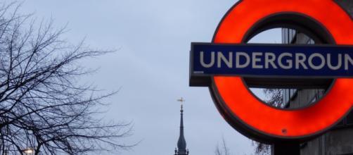 Un cartello indicante la metropolitana di Londra