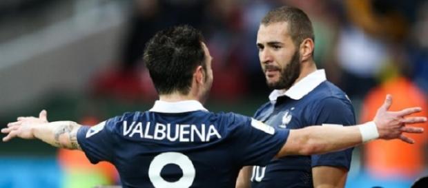Benzema celebra a regañadientes con Valbuena un gol de Francia.
