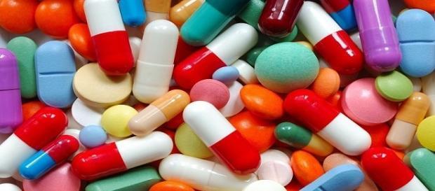 Fotografía de diversas pastillas (fármacos)