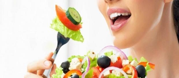 Fotografía de mujer comiendo una ensalada