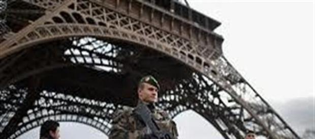 Militari francesi di guardia ala Tour Eiffel