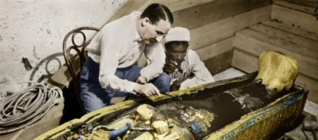 O egiptólogo inglês Howard Carter junto ao sarcófago dourado de Tutankhamon no Egito, em 1923