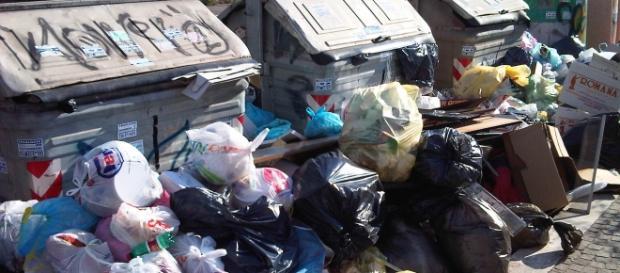 Roma circondata dai rifiuti quando manca un giorno alla 'Festa della Repubblica'