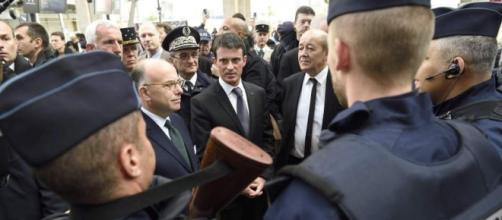 Algunos policías con varios representantes políticos de Francia