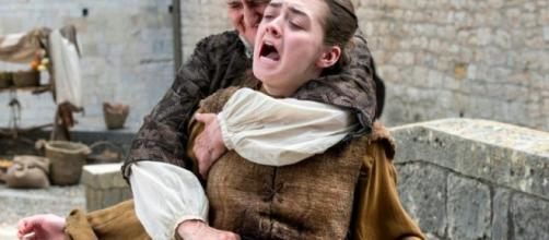 L'Orfana accoltella Arya Stark alle spalle