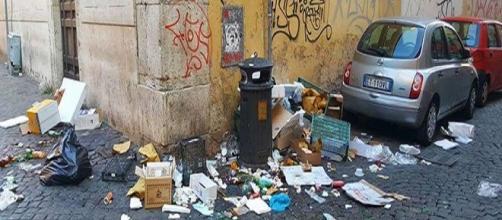 """Sporcizia a Roma, in una foto divulgata dal blog antidegrado """"Roma fa schifo"""", seguito ormai da oltre 100mila romani su Facebook"""