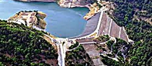 Veduta dall'alto della diga sul Menta.