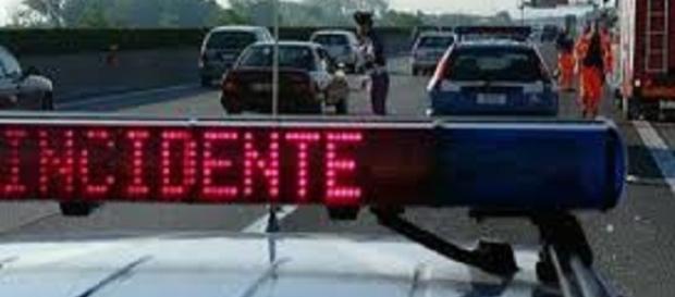 Calabria, auto si schianta: un morto