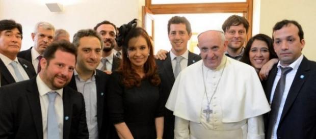 Foto del Papa con la ex presidenta y parte de su gabinete